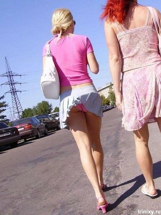 Девушка в белой гофрированной джинсовой мини юбке
