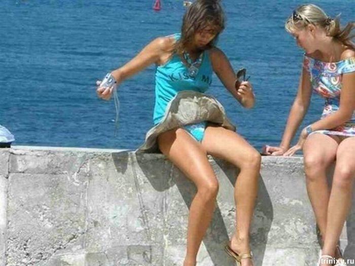 Девушка смотрит на свою писю под короткой юбкой