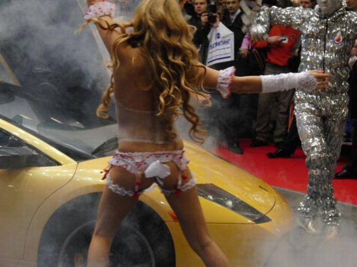 Девушки топлес на автовыставке (24 фото)