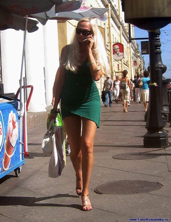 Девушка блондинка в зеленом мини