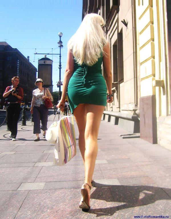 Знойная блондинка в коротком зеленом платье