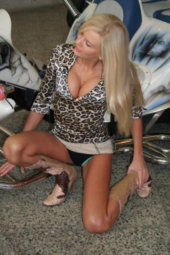 Красавица засветила черные трусы и большие груди под мини в леопард