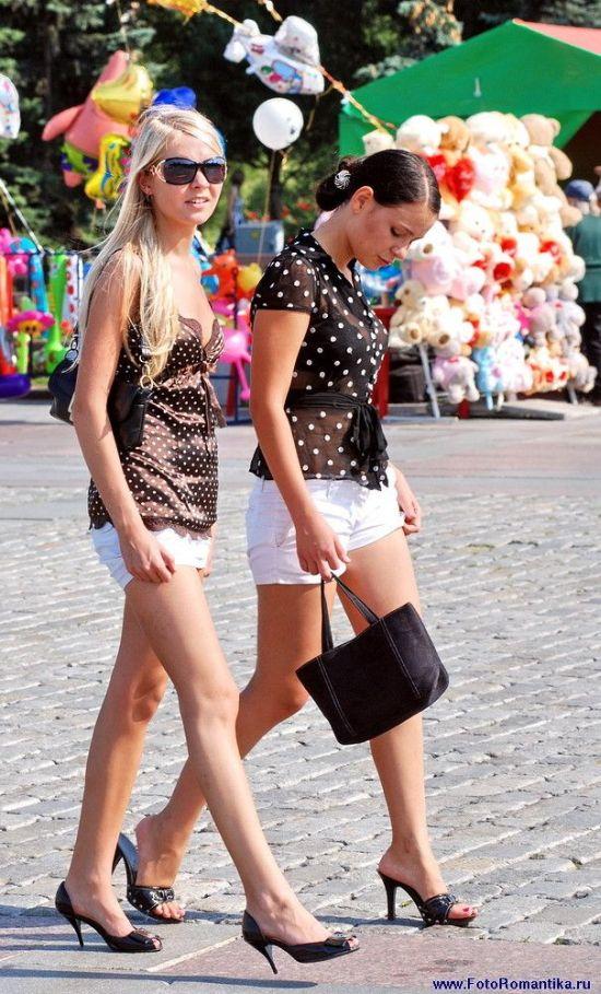 Две девушки-подружки в коротеньких беленьких шортах