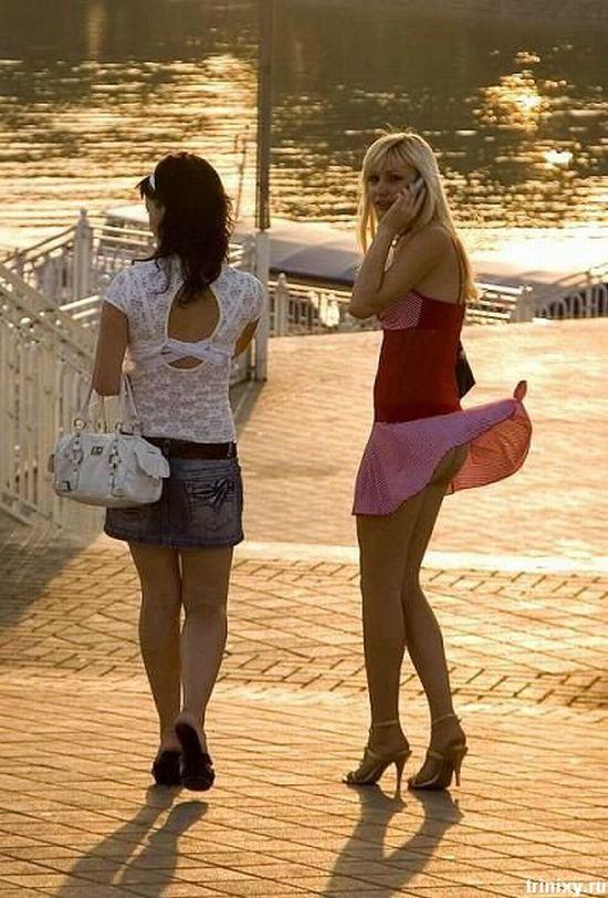 Подружка показывает попу