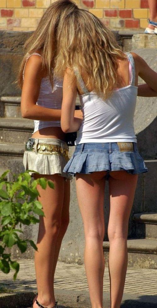 Девушки в джинсовых мини