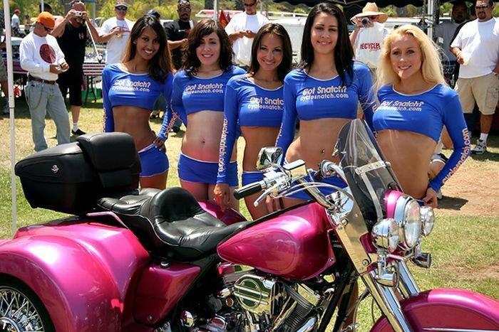 Девушки в мини на мотошоу (60 фото)