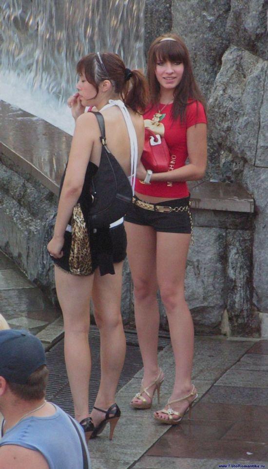 Две малолетние шалавы в черных сексуальных минишортах
