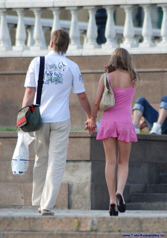 Девушка в розовом мини платье с красивой попкой