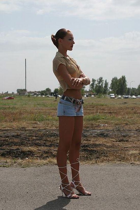 Красавица с длиннющими ногами в коротких джинсовых шортиках