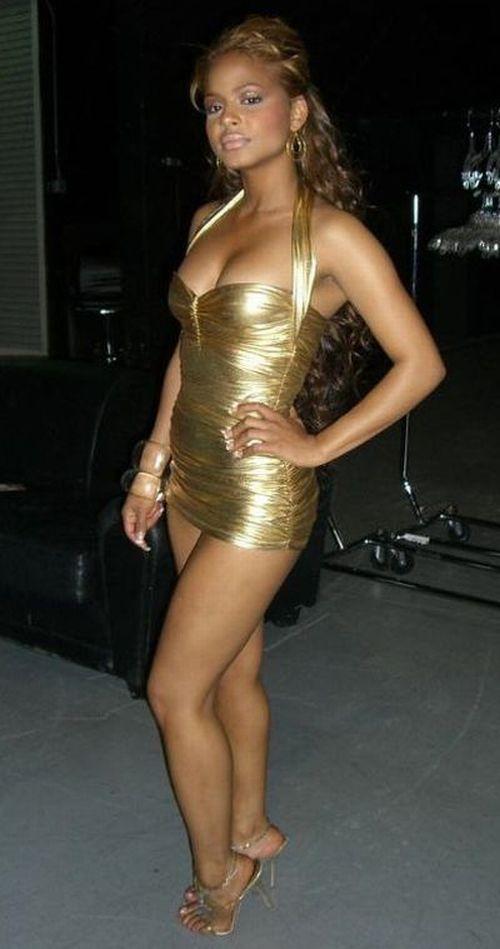 Гламурная соска в золотом коротком платье