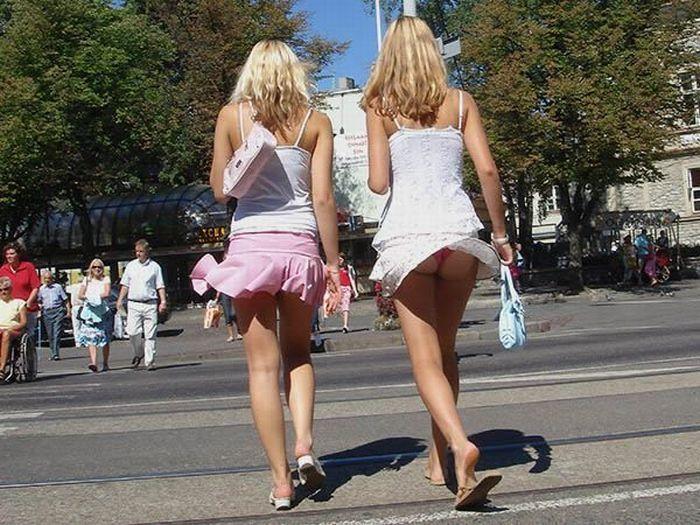 Девушки светят попками на улице