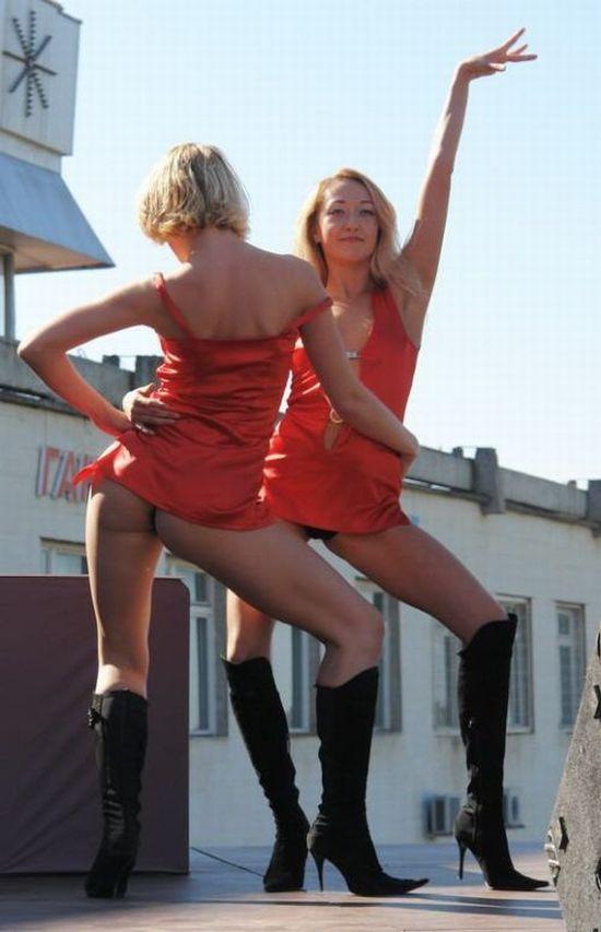 Две девушки в красном мини засвечивают черные стринги и стройные ножки