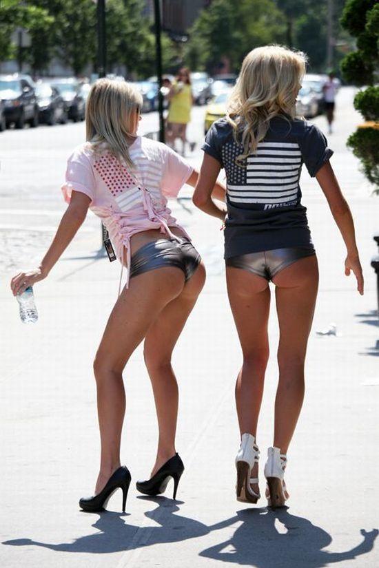 Девушки в супер коротких серебряных мини шортиках