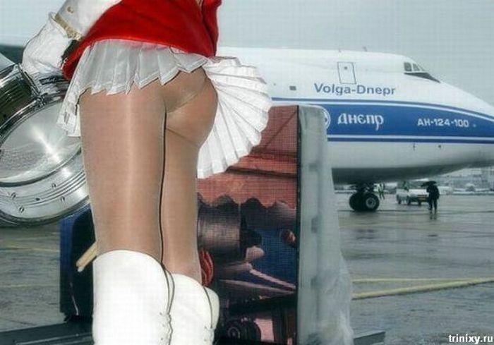 Стюардесса без нижнего белья светит попой под белой мини юбкой