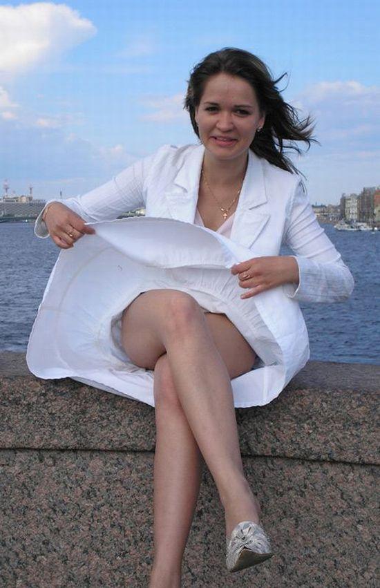 Ветер засветил стройные ножки красотки под белой мини юбкой