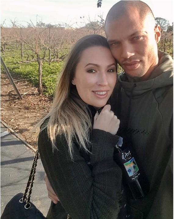 Джереми счастливо живет со своей женой Мелиссой
