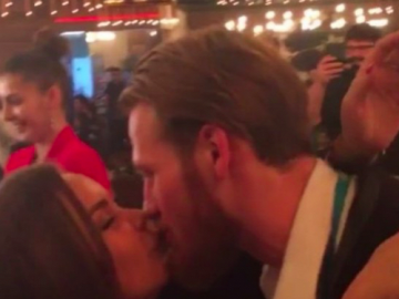 Иван Телегин, страстно целует в губы привлекательную брюнетку.