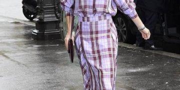 Виктория Бекхэм надела на себя клетчатое платье из прошлого века