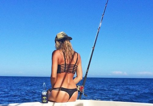 Красивые девушки на рыбалке (25 фото)