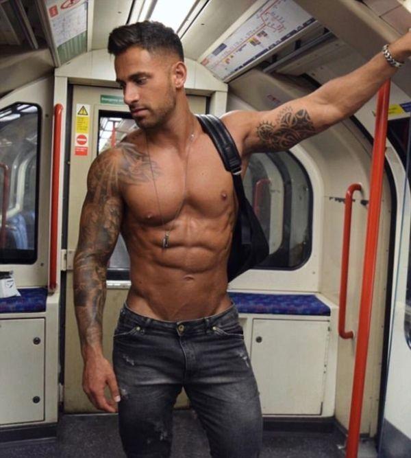 Девушки фотографируют мужчин в метро (24 фото)