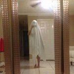 Продавцы зеркал изгаляются как могут, чтобы самим не попасть в кадр (21 фото)