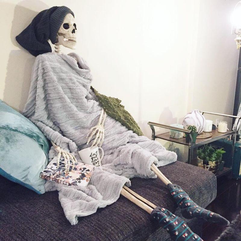 Скелет имени Скелли, троллит гламурных девушек своими фото (58 фото)