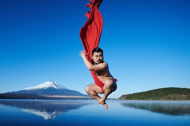 Фотосессия японца в красном традиционном белье стала хитом соцсетей (15фото)