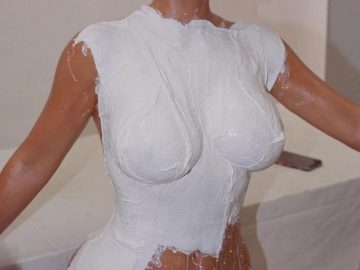 Ким Кардашьян сделала слепок своего голого тела для формы флакона ее духов (8 фото)