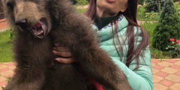 Обычное фото для России: Эвелина Блёданс с медведем