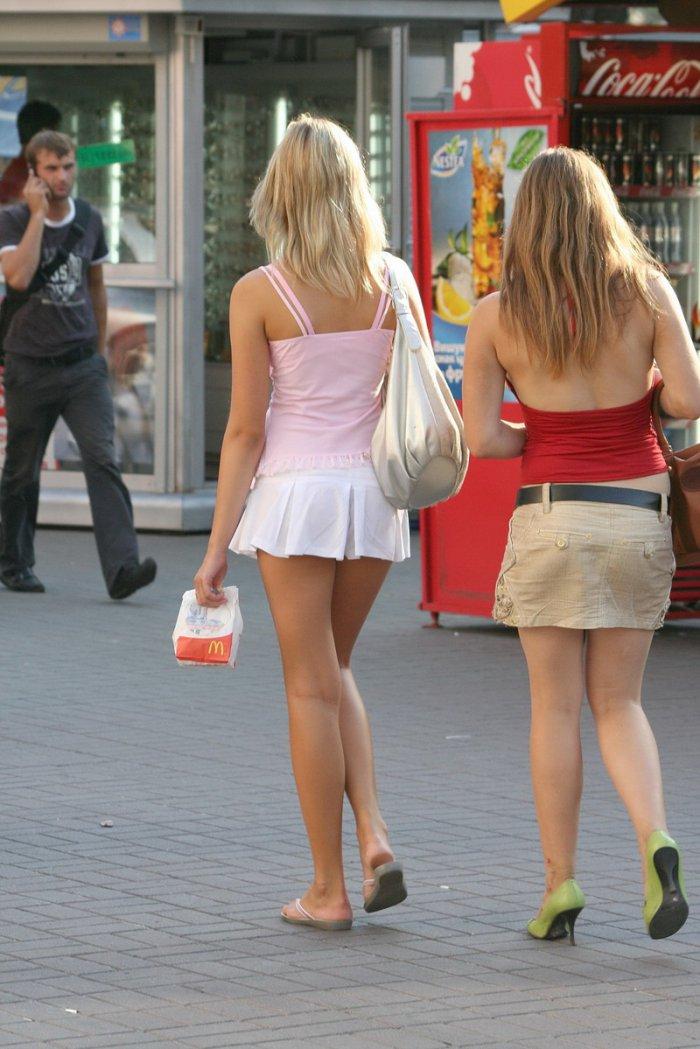 русские девушки в мини юбках летом