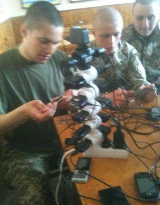 Как солдаты заряжают телефоны в армии (13 фото)