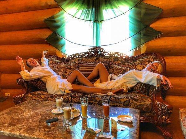 """Ольгу Бузову с подругой в бане, сравнили с """"девочками по вызову"""""""