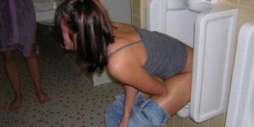 Девушки развлекаются в мужских туалетах (50 фото)