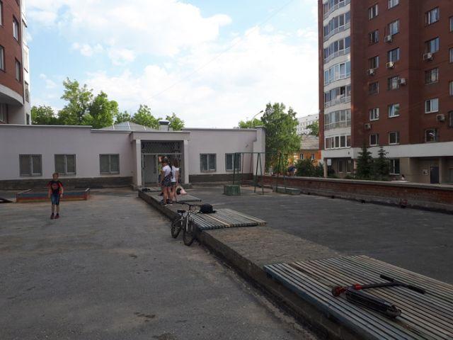 """Активисты исправили """"травмоопасную"""" детскую площадку (3 фото)"""