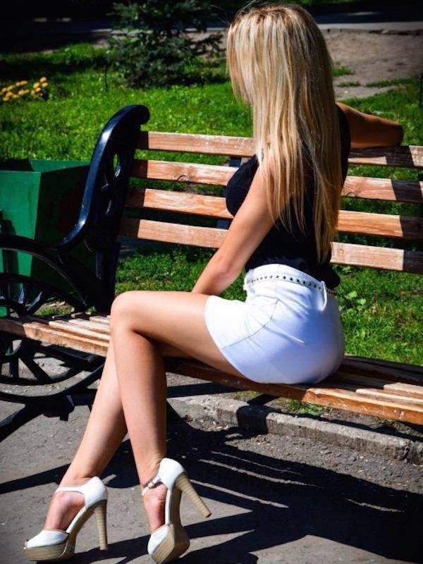 Девушки в мини-юбках (28 фото)
