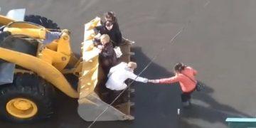 В Якутии сельчан развозят по домам в ковше экскаватора (3фото+1видео)В Якутии сельчан развозят по домам в ковше экскаватора (3фото+1видео)