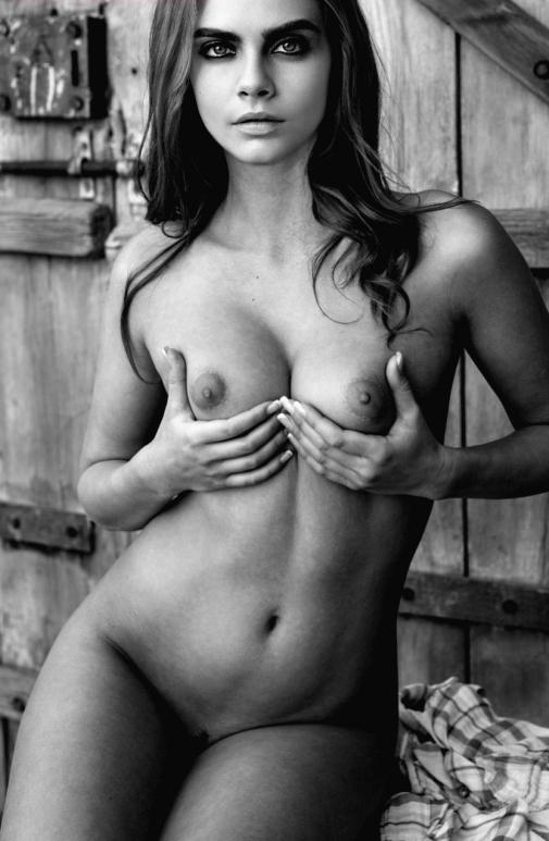 Голая Кара Делевинь на черно-белой фото трогает свои красивые обнаженные груди