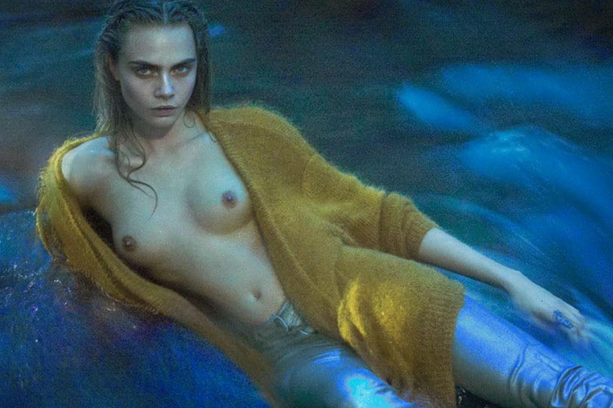 Голая Кара Делевинь позирует лежа в бассейне