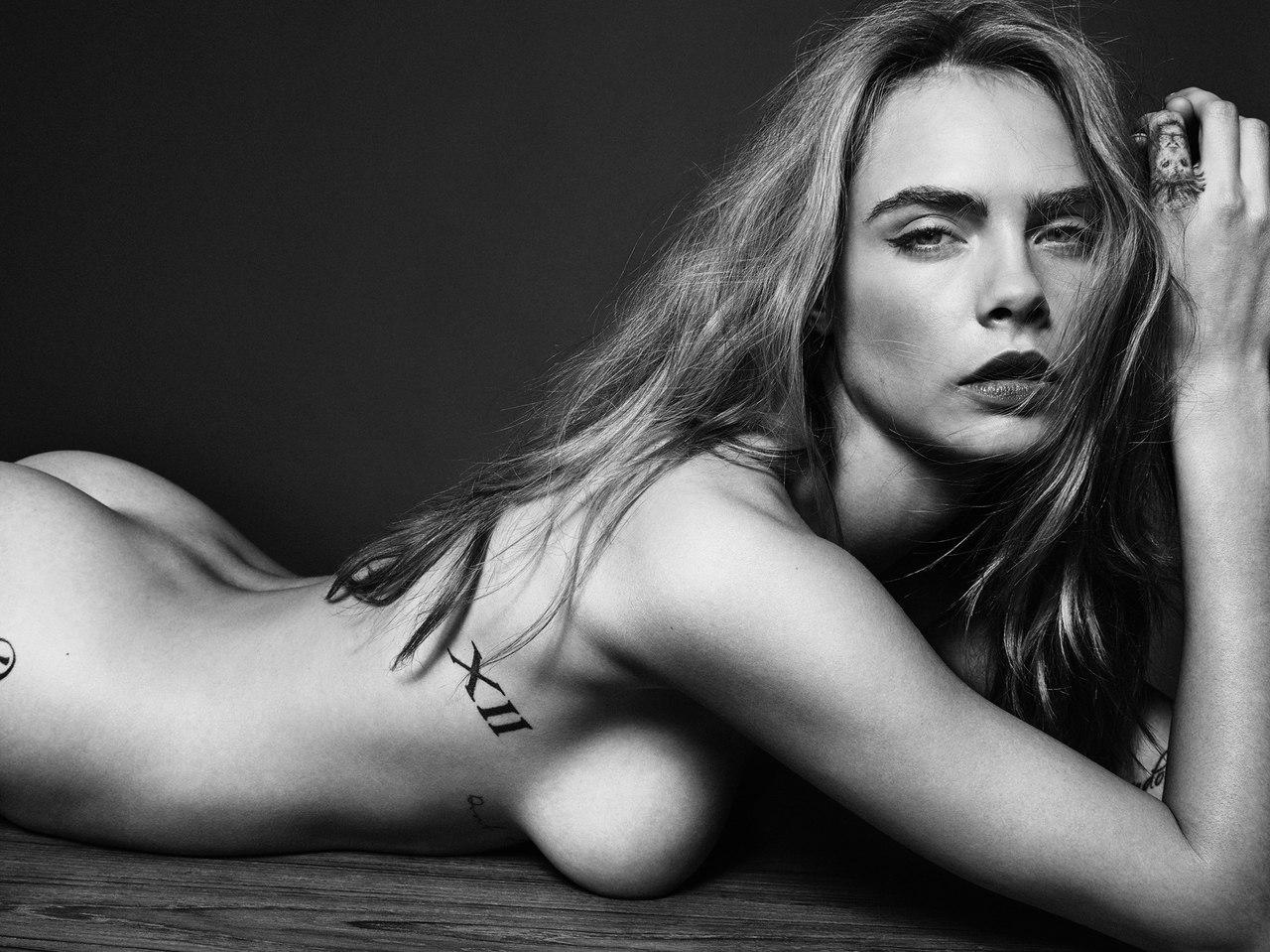 Голая Кара Делевинь позирует на столе в эротической фотосессии