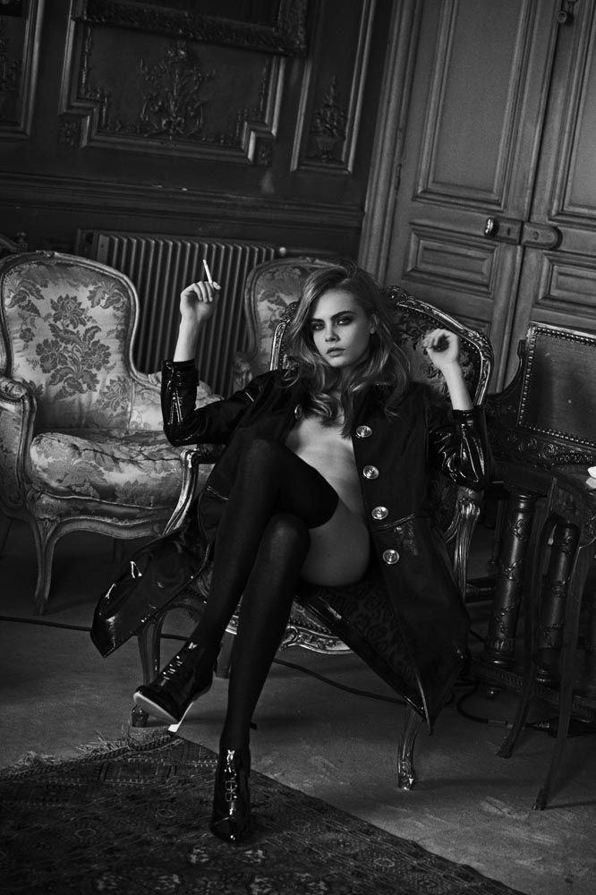 Голая Кара Делевинь в кружевных чулках позирует для черно-белой эротической фотосессии