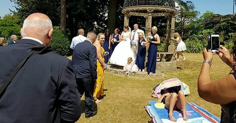 Загорающая женщина отказалась уходить ради свадебного фото (4фото)
