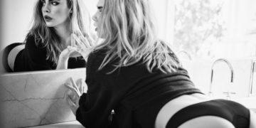 Кара Делевинь в нижнем белье стоит раком у зеркала