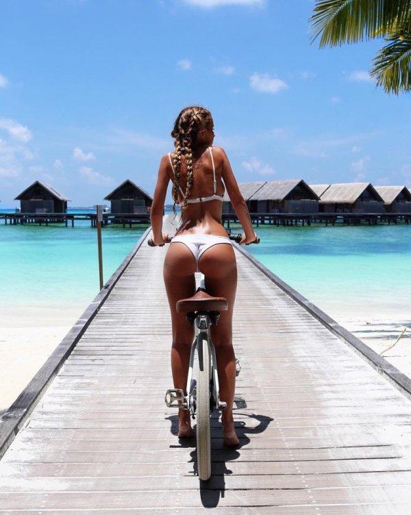 Девушки на велосипеде (38 фото)