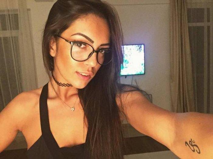Красивые девушки в очках (53 фото)