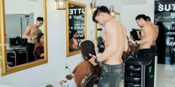 В тайском салоне, девушек обслуживают парикмахеры топлесс (4фото)