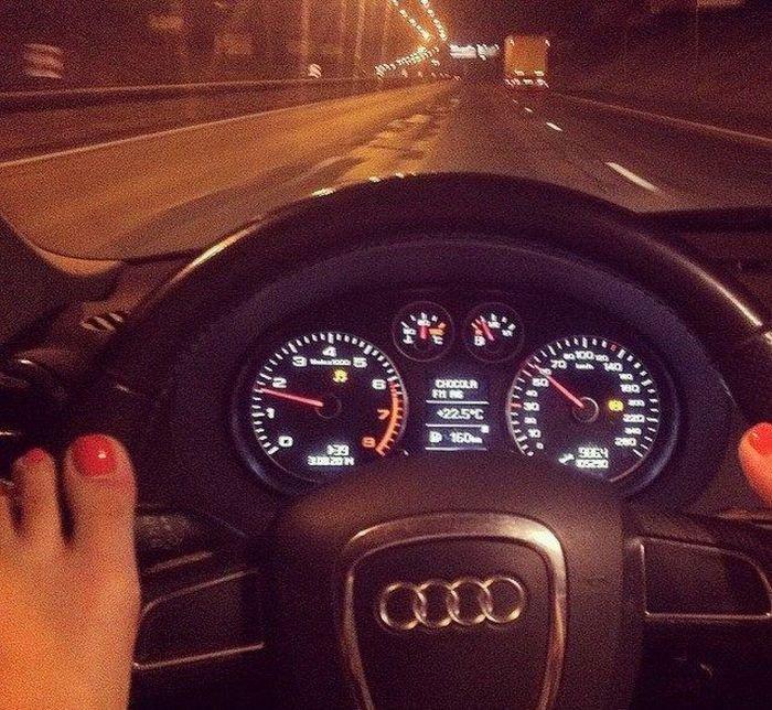 Приколы про девушек и машины (30 фото)
