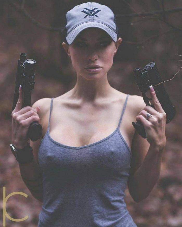 Девушки с огнестрельным оружием (40 фото)