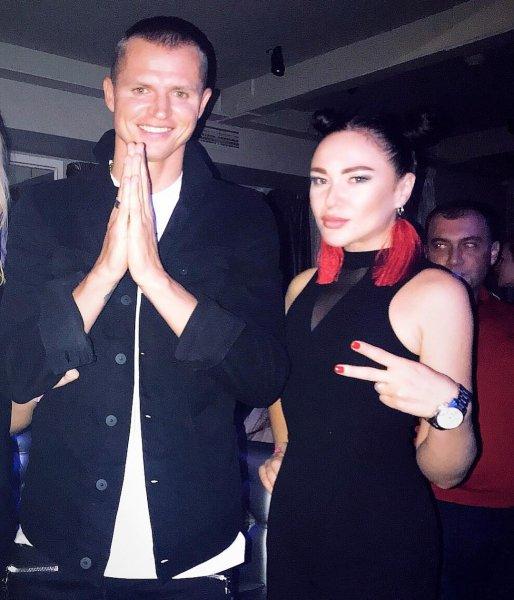 Во время родов жены, Дмитрия Тарасова заметили на вечеринке в Москве с красивой моделью