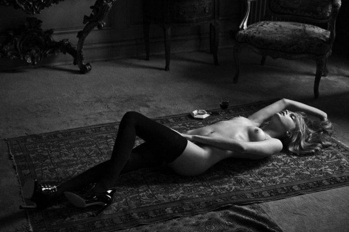 Голая Кара Делевинь в кружевных черных чулках лежит на полу