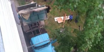 Утилизация строительного мусора в заброшенном погребе (5 фото)